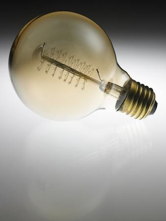 conception d'ampoule rétro sur fond blanc
