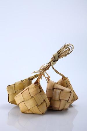 Ketupat(粽子)在白色的背景。Ketupat是一种天然的大米外壳,由年轻的椰子叶制成,在开斋节期间用来烹饪大米