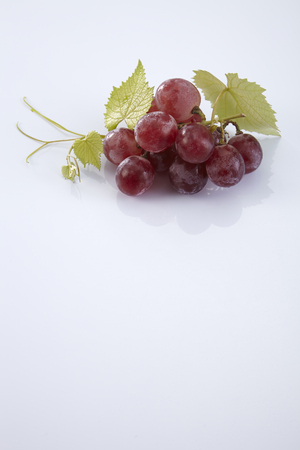 red grape isolated on white Banque d'images - 118051393