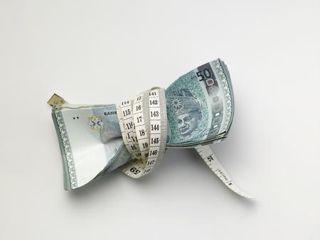 Pile de ringgit malaisie serré avec un ruban à mesurer Banque d'images