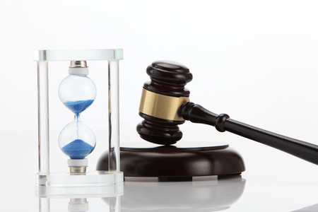 Hourglass and gavel isolated on white Stockfoto - 118173033