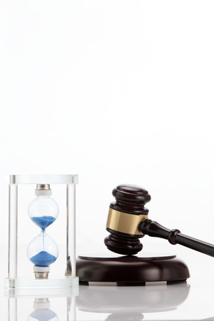 Hourglass and gavel isolated on white Stockfoto - 118194695