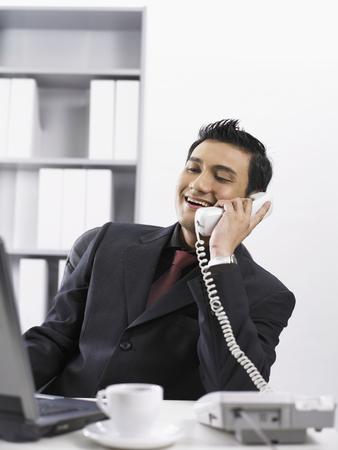 biznesmen wykonujący telefon