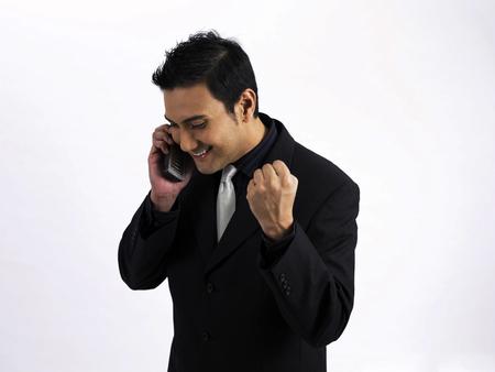 hombre de negocios emocionado por teléfono