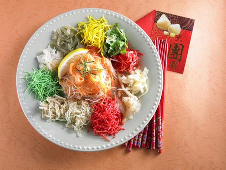 yusheng ,chopstick and angpao Stock fotó - 118981869