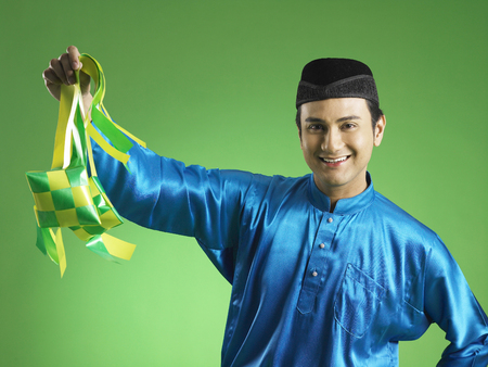 Malay man display ketupat Banco de Imagens