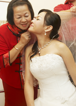 Bride kissing mother on her wedding day Imagens