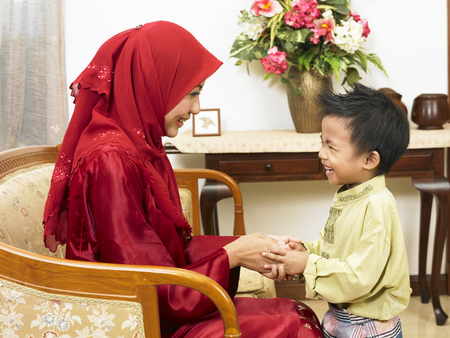 malay parents with son and daughter on first syawal 免版税图像