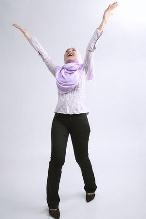 Junge Frau mit beiden Händen hoch Standard-Bild