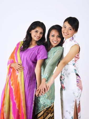 les filles malaises, chinoises et indiennes se donnent la main