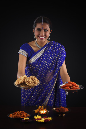 indian woman holding food and smile Stockfoto