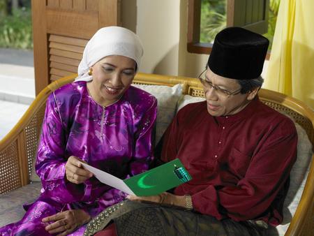 couple reading greeting card Stok Fotoğraf