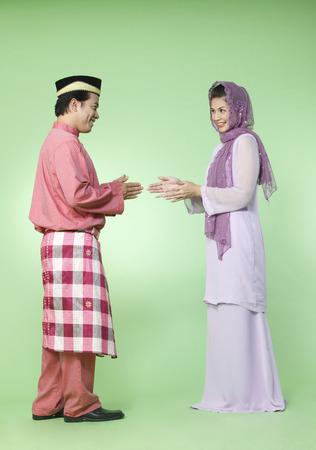 couple avec tenue traditionnelle se saluant
