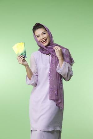 happy malay woman wearing baju kurung 免版税图像 - 119123668