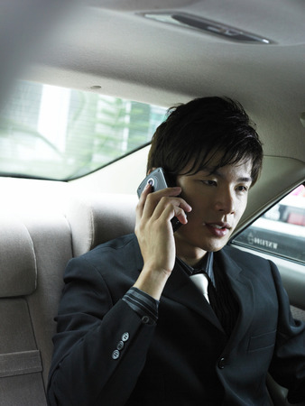 close-up of a businessman talking on a mobile phone 스톡 콘텐츠