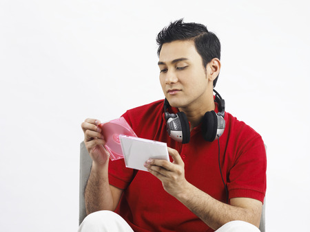 man with headphone selecting cds Stockfoto