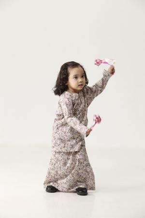 举行和跳舞与装饰ketupat的跳舞