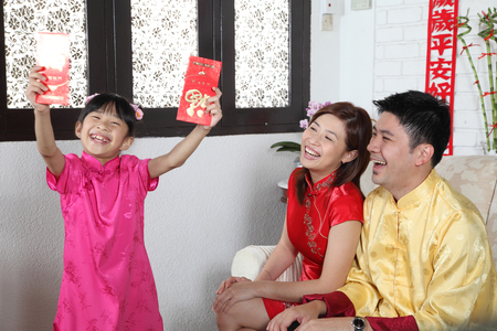 chinese family enjoying chinese new year 版權商用圖片