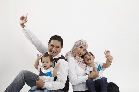 famille de quatre personnes sur fond blanc