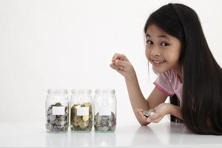 piccolo con tre vasetti di risparmio