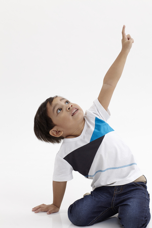 malay boy showing and pointing up 免版税图像