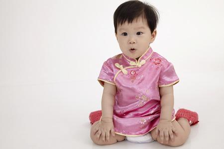 bebé chino vistiendo cheomgsam sentado