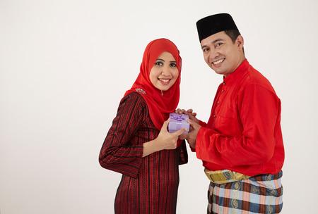 man geeft cadeau voor zijn vrouw bij speciale gelegenheid