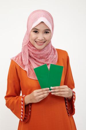 Asiatische muslimische malaiische Frau mit Tudung mit grünem Paket Standard-Bild