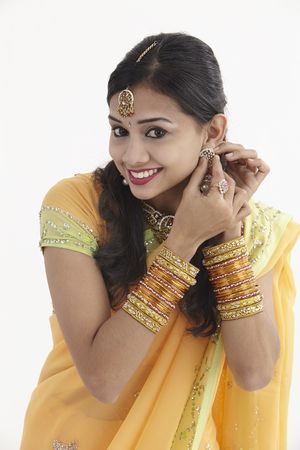 Portrait of a South Indian woman wearing jewelry and sari Archivio Fotografico - 121124150