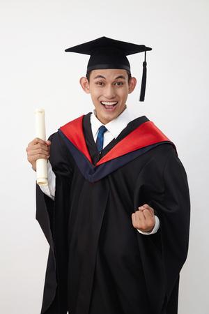 Joven estudiante graduado adolescente malayo desgaste certificado de tenencia de cuerda