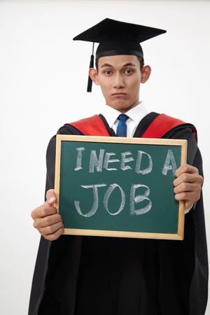 estudiante graduado malayo sosteniendo una pizarra escrita necesita un trabajo
