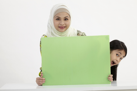 mother and daughter holding placard Imagens - 121126739