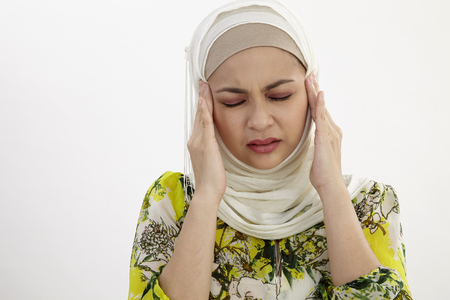Malay woman suffering from a terrible headache Imagens