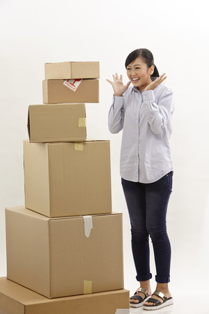 asian woman with stack of boxes on the white background Zdjęcie Seryjne