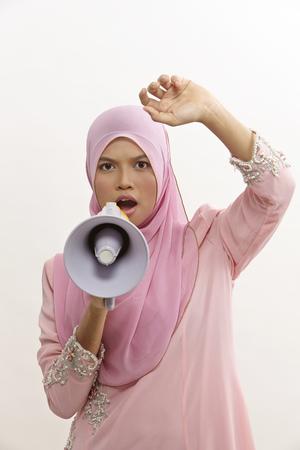 donna malese che parla in un megafono facendo un annuncio pubblico isolato su white