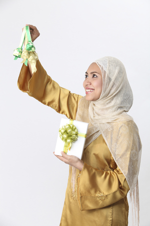 A malay woman hanging ketupat. 免版税图像