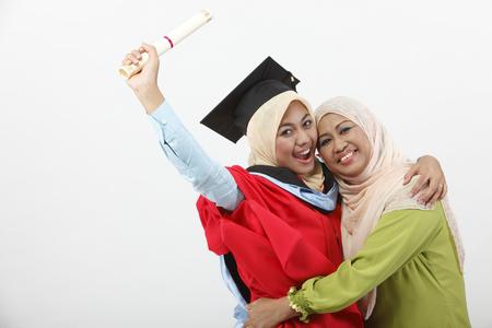 Mujer joven con su madre el día de la graduación