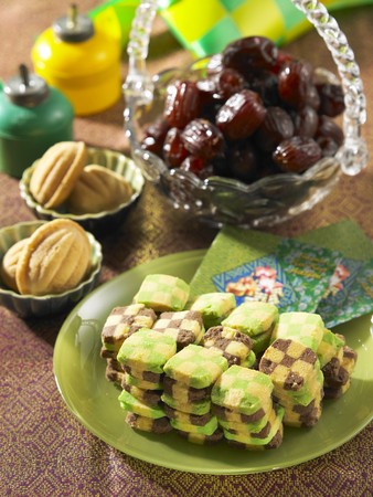 top view of kuih raya with pelita Imagens - 121509671