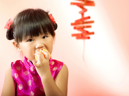 girl eating mandarin orange 版權商用圖片
