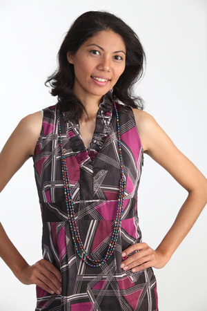 Malaiische Frau, die selbstbewusst in die Kamera schaut