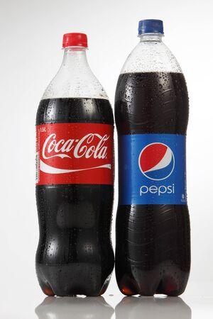 Kuala Lumpur Maleisië, 18 juli 2016, flessen van 1,5 liter Coca Cola en Pepsi geïsoleerd op een witte achtergrond