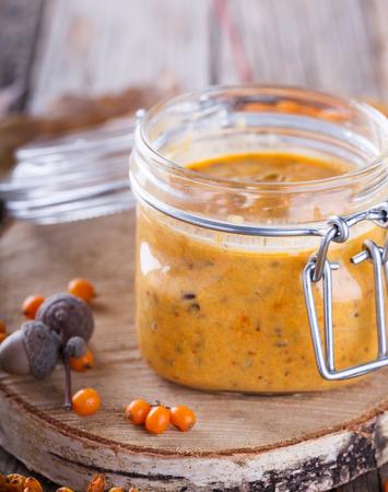 argousier: Twisted baies argousier avec le sucre dans un bocal en verre, de la confiture useful.Autumn encore discussion life.selective.