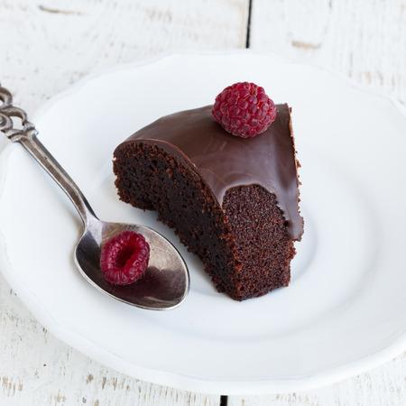 rebanada de pastel: Magdalena del chocolate con frambuesa y chocolate enfoque glaze.selective