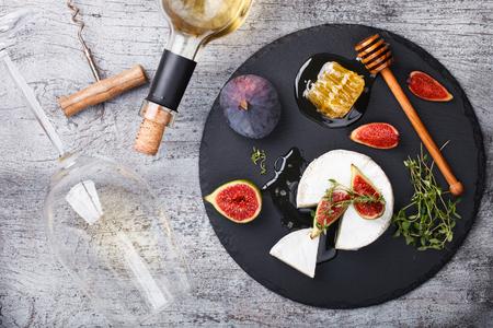 queso: Tabla de quesos, queso appetizer.Brie, higos, ar�ndanos, miel y tomillo y el enfoque wine.selective blanco