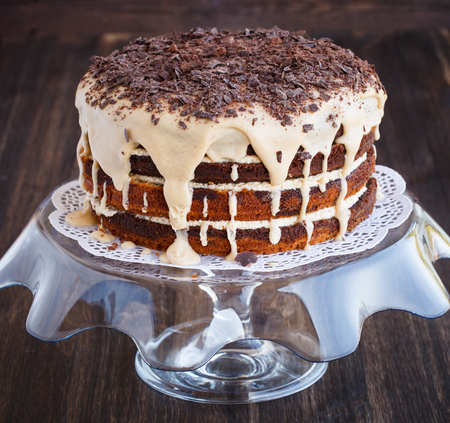 rebanada de pastel: Torta de m�rmol con granos de caf�, espolvoreado con enfoque shavings.selective de chocolate