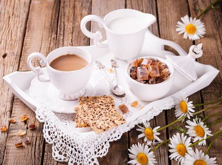 desayuno romantico: Café con leche y galletas en una bandeja. Desayuno romántico con el foco daisies.selective Foto de archivo