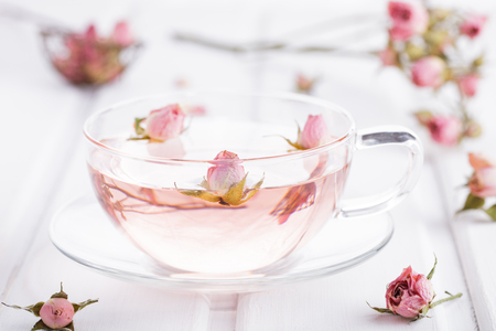 ガラスのカップにバラの花びらのお茶。ローズ水。