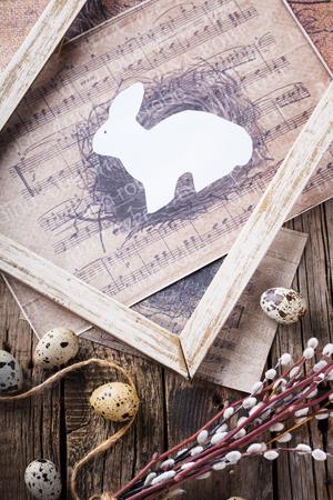 huevos de codorniz: Huevos de codorniz y de sauce, un conejo en marco de madera