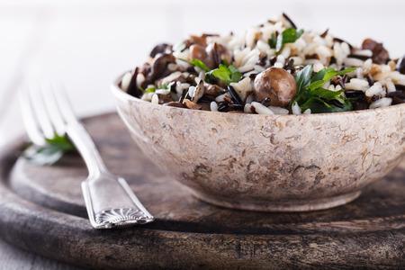 hongo: Ensalada de arroz blanco y salvaje con setas y enfoque herbs.selective. Foto de archivo