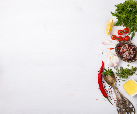 Ingredientes de cocina fresca y especias, sobre un fondo blanco. Vegetariana o dieta, y el concepto de cocina saludable. Copia espacio enfoque selectivo.